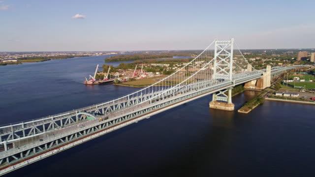 cadmen、ニュージャージー州フィラデルフィア、pa からデラウェア州川を渡ってベンジャミン ・ フランクリン橋を撮 - ベンフランクリン橋点の映像素材/bロール