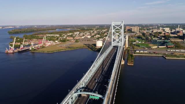cadmen、ニュージャージー州フィラデルフィア、pa からデラウェア州川を渡ってベンジャミン ・ フランクリン橋を撮 - デラウェア川点の映像素材/bロール