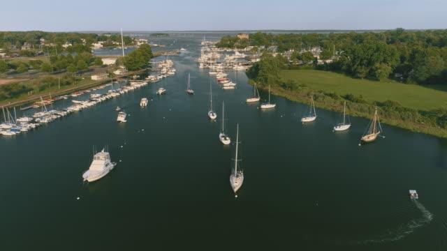 ママロネック、ウエストチェ スター、ニューヨーク、アメリカ合衆国のマリーナに停泊するヨットに撮。 - リフレクション湖点の映像素材/bロール