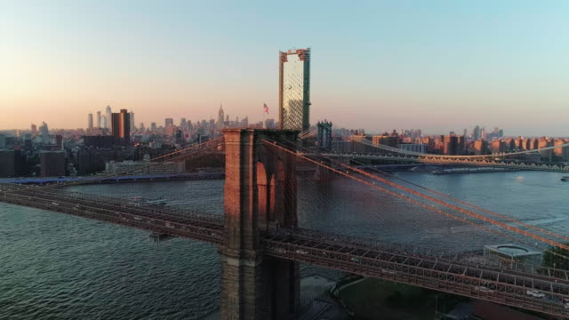 vídeos de stock, filmes e b-roll de o panorama cênica de órbita ampla aérea de manhattan e brooklyn bridge de brooklyn heights, no east river, o pôr do sol. - brooklyn bridge