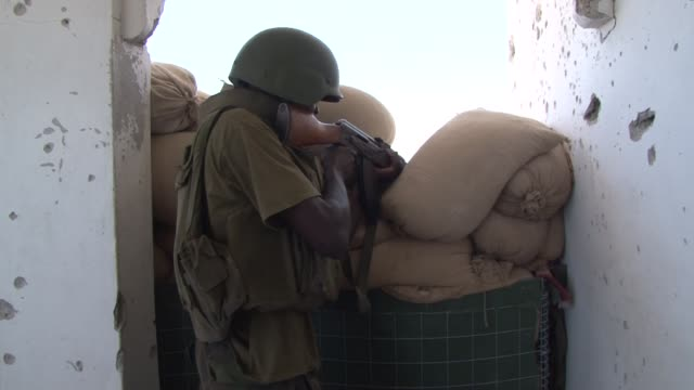the african union forces fighting against islamic extremists through the streets of mogadishu have managed to capture several key areas of the city... - horn von afrika stock-videos und b-roll-filmmaterial