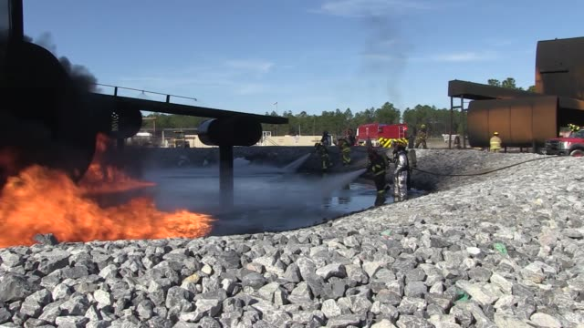 the air force civil engineer center's fire research and training facility at tyndall air force base florida provides extremely realistic firefighter... - rettungsdienst mitarbeiter stock-videos und b-roll-filmmaterial