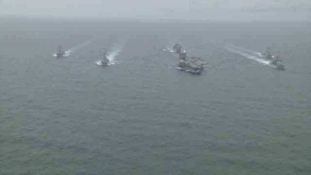 vidéos et rushes de the aircraft carrier uss enterprise leads the formation at the enterprise carrier strike group comprised of guided missile cruise uss vicksburg and... - marine américaine