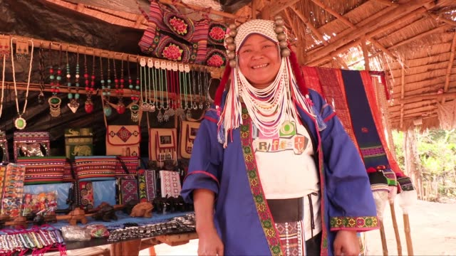 vídeos de stock, filmes e b-roll de the akha people are an indigenous hill tribe that live in small villages at high altitudes in the mountains of thailand burma laos and yunnan... - yunnan province