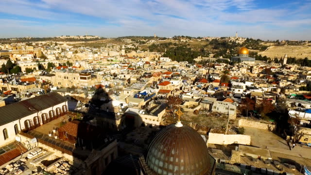 the al-aqsa mosque is seen amongst buildings in the old city on december 11, 2017 in jerusalem, israel. in an already divided city, u.s. president... - gerusalemme est video stock e b–roll