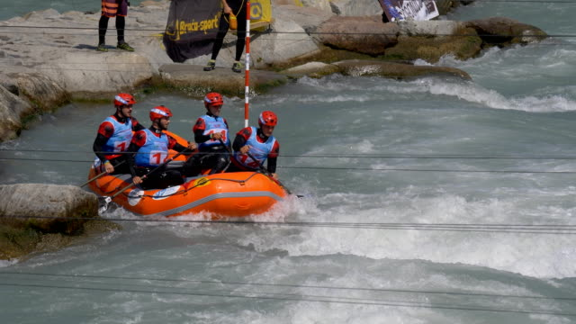 the albanian men's under 23 rafting team in the slalom competition on the dora baltea river during world rafting championship on 23 july 2018, ivrea - world rafting championship video stock e b–roll