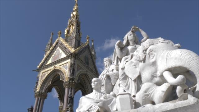 vídeos y material grabado en eventos de stock de the albert memorial in kensington gardens in springtime, kensington, london, england, united kingdom, europe - figura femenina
