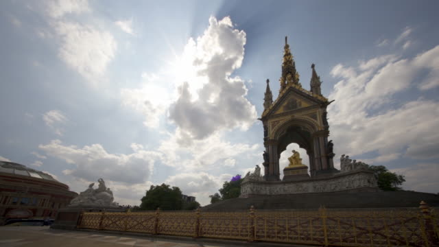 vidéos et rushes de the albert memorial in kensington gardens, london, uk in summer. - monarchie anglaise