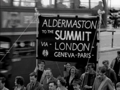 the aldermaston cnd marchers move along the great west road - marschieren stock-videos und b-roll-filmmaterial
