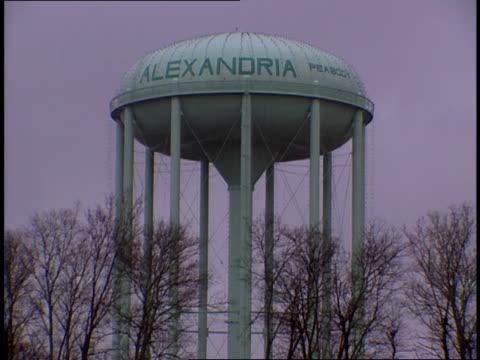 vidéos et rushes de the alexandria virginia water tower stands hidden behind trees - alexandria virginie