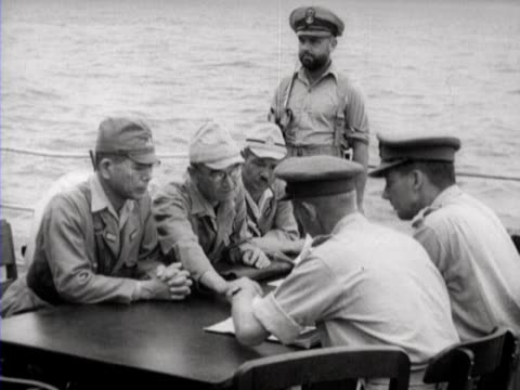 the allies and the japanese discuss the surrender of japan - arrendersi video stock e b–roll