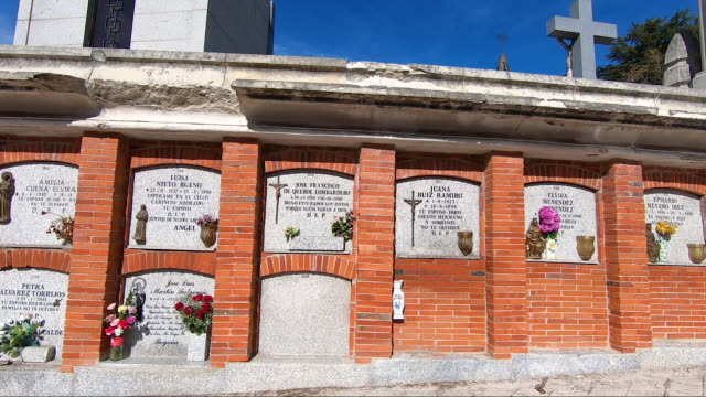 vídeos de stock e filmes b-roll de the almudena cemetery hosts endless blocks of recesses on the day of the dead during the second wave of the covid-19 outbreak on all saints day, the... - cemitério