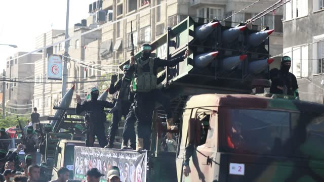 the al-qassam brigades, the armed wing of the palestinian resistance group, hamas, held a military parade in the gaza strip after a cease-fire deal... - ガザ市点の映像素材/bロール