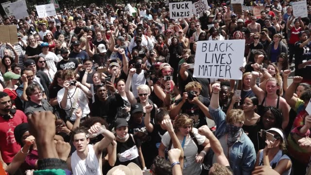 vidéos et rushes de the alt-right attempted to hold a 'free speech' rally in downtown boston but the small group of alt-right demonstrators were overwhelmed by thousands... - charlottesville