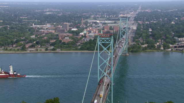 the ambassador bridge, a suspension bridge built in the late 1920's which spans the detroit river, creating an international border between detroit, michigan in the us, and windsor, ontario, in canada. - 20世紀のスタイル点の映像素材/bロール