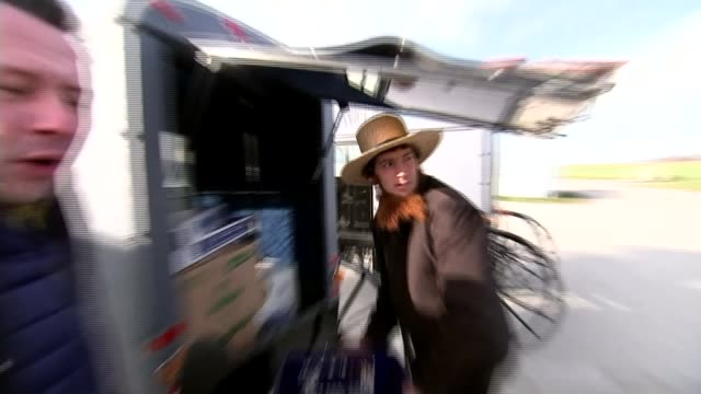 vidéos et rushes de the amish and donald trump amish buggy along road amish women getting into buggy wide shot of amish buggy through field amish buggy along road... - amish
