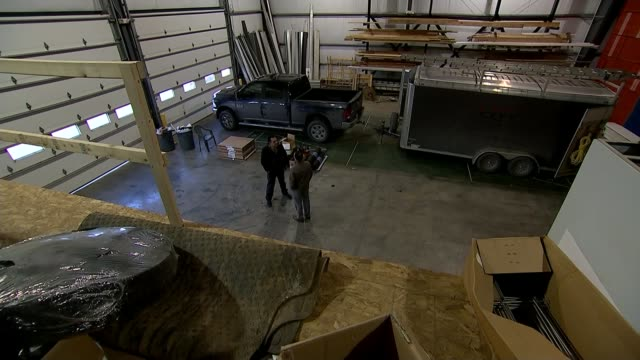 vídeos de stock e filmes b-roll de the amish and donald trump int high angle view of ben king and reporter - amish
