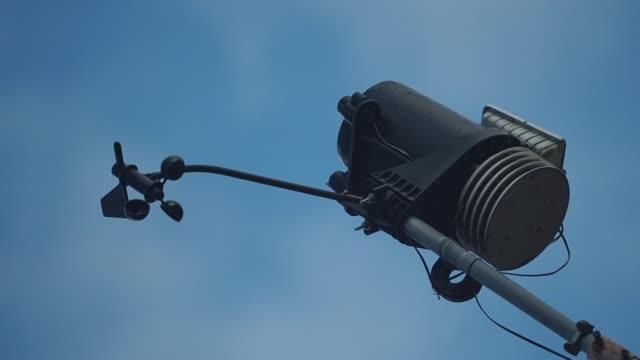 der windmesser maßnahmen wind - wetterstation stock-videos und b-roll-filmmaterial