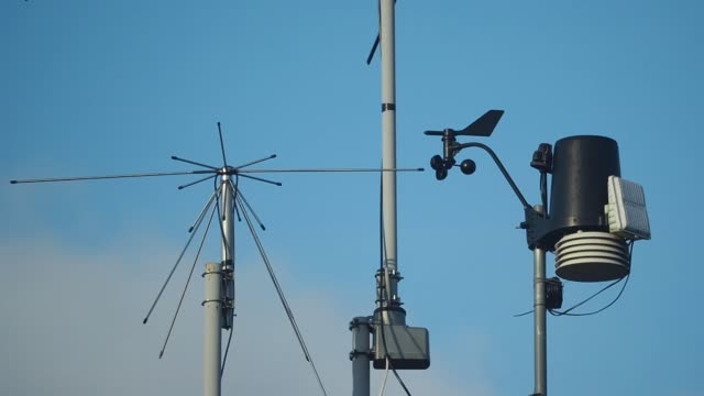 the anemometer measures wind - campo d'aviazione video stock e b–roll