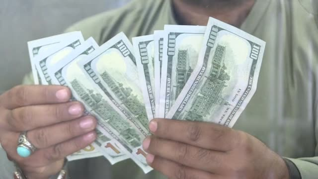 vídeos y material grabado en eventos de stock de the announcement that islamabad would begin imf talks sparks a devaluation of the rupee with the currency trading at 134 for a dollar at the official... - devaluation