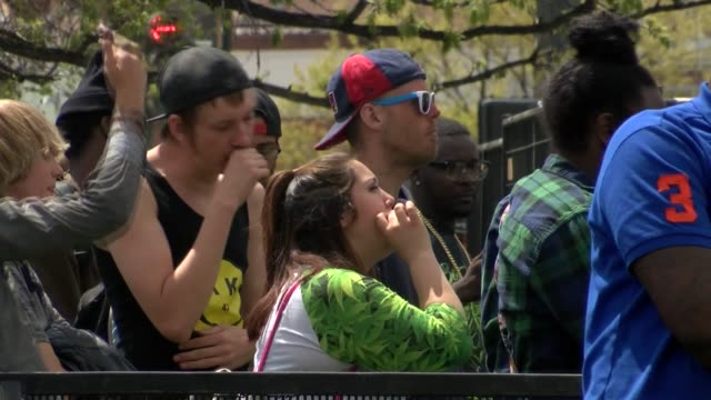 the annual 4/20 celebration of marijuana at civic center park drew crowds of cannabis enthsiasts a rapper was performing on stage featuring profane... - 大麻 マリファナ点の映像素材/bロール