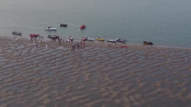 vídeos de stock e filmes b-roll de the annual bramble bank cricket match takes place on a sandbank in the middle of the solent on the low tide the match between two sailing clubs took... - banco de areia