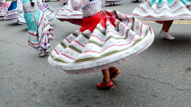 the annual parade of nations via constitution avenue in washington dc other cities like new york city have a very similar event titled 'desfile del... - desfile stock-videos und b-roll-filmmaterial