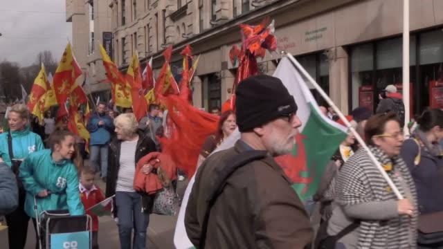 the annual st david's day parade marches through cardiff's city centre as wales celebrates its patron saint. - heiliger stock-videos und b-roll-filmmaterial