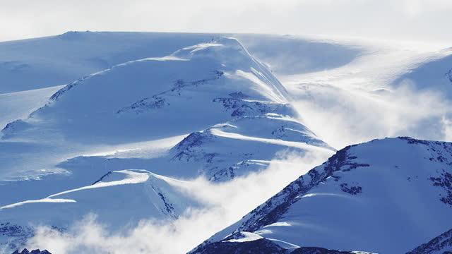 stockvideo's en b-roll-footage met the antarctic - blizzard blowing over mountain ridge in cape hallett - antarctica