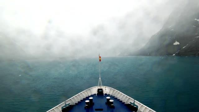 vidéos et rushes de le navire de croisière antarctique est conduite sous la pluie, l'antarctique - navire