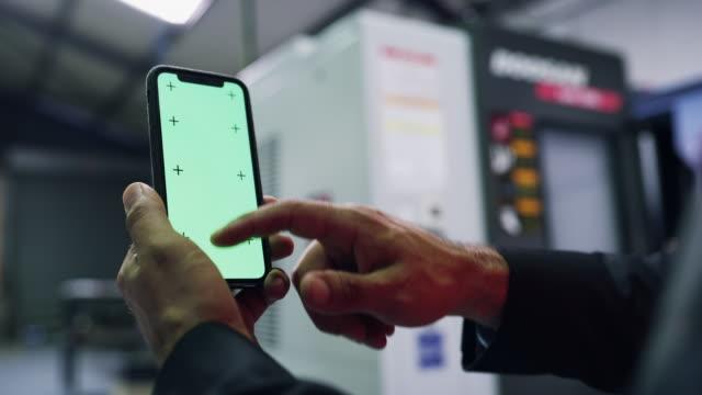 die app, die für einen techniker entwickelt wurde - software stock-videos und b-roll-filmmaterial