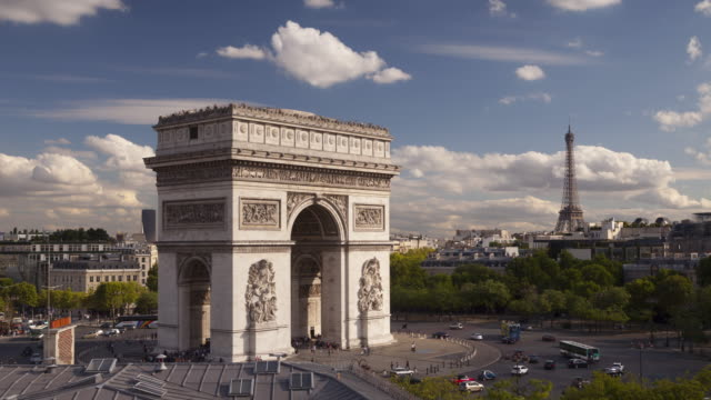 the arc de triomphe and place charles de gaulle, paris. - arco architettura video stock e b–roll