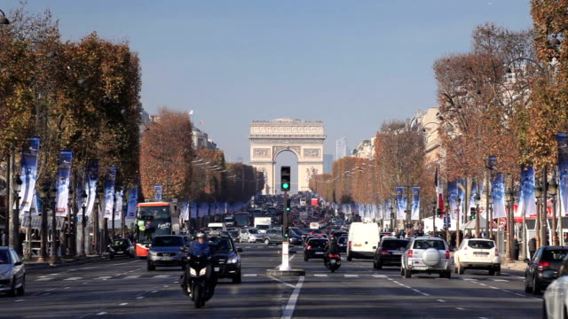 the arc de triomphe from the champs elysées, paris, france. - 凱旋門点の映像素材/bロール