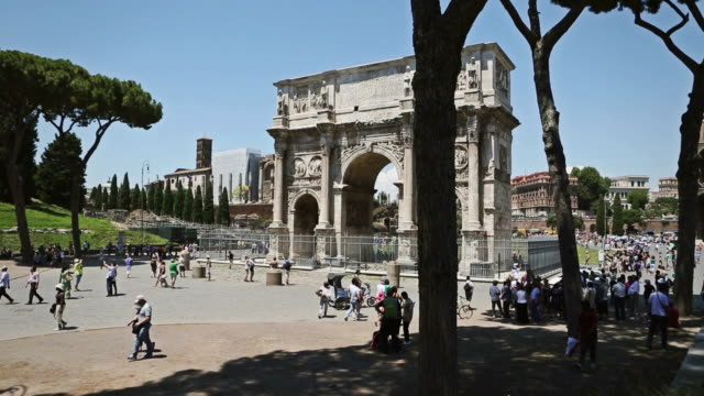 the arch of constantine and the coliseum of rome - 史跡めぐり点の映像素材/bロール