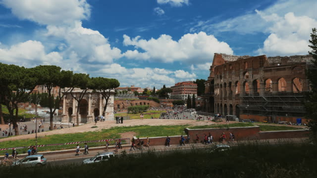 the arch of constantine and the coliseum of rome - bogen architektonisches detail stock-videos und b-roll-filmmaterial