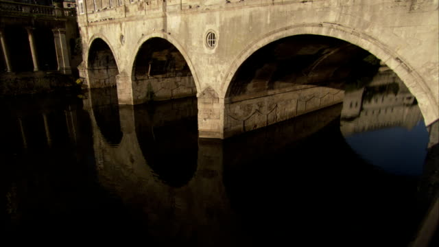 the arches of pulteney bridge reflect in the river avon. available in hd. - bath stock videos & royalty-free footage