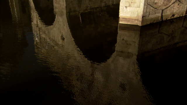 the arches of pulteney bridge reflect in the river avon. available in hd. - pulteney bridge stock videos & royalty-free footage