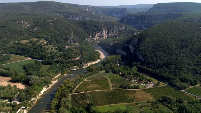 vídeos de stock, filmes e b-roll de o rio ardeche perto vallon-pont d'arc-vista aérea-ródano-alpes, ardèche, arrondissement de largentière, frança - rhône alpes
