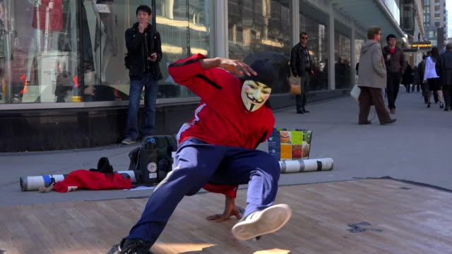 the area is the busiest intersection in the canadian city. many cultural, religious and busking activities are allowed for the delight of visitors... - アノニマス点の映像素材/bロール