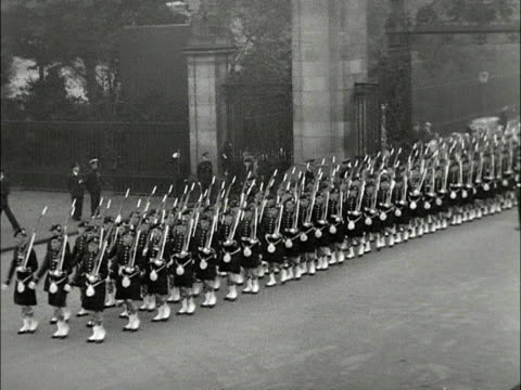 the argyll and sutherland highlanders guard of honour march into holyrood house during the queen's state visit to scotland 1953 - holyrood bildbanksvideor och videomaterial från bakom kulisserna