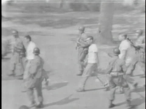 vídeos y material grabado en eventos de stock de the arkansas national guard arrests three white men in little rock, arkansas during the integration riots in 1957. - human rights or social issues or immigration or employment and labor or protest or riot or lgbtqi rights or women's rights