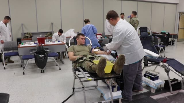 vídeos de stock, filmes e b-roll de the armed services blood program is the military's blood source and relies on service member volunteers for blood donations - sangue humano