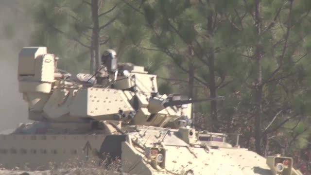 vidéos et rushes de the armor basic officer leaders course participate in a combined combat maneuver exercise - manoeuvre militaire