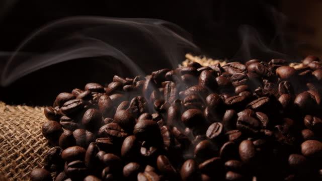 vídeos de stock e filmes b-roll de the aroma of roasting coffee beans - focagem difusa
