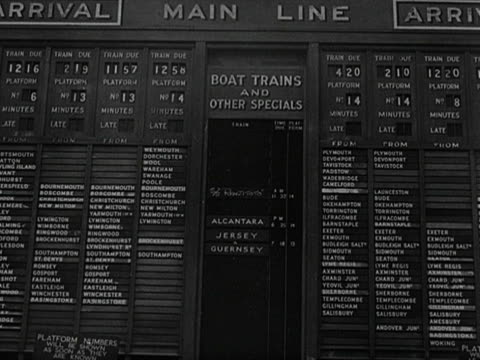 the arrival and departure boards at waterloo station. - hinweisschild stock-videos und b-roll-filmmaterial