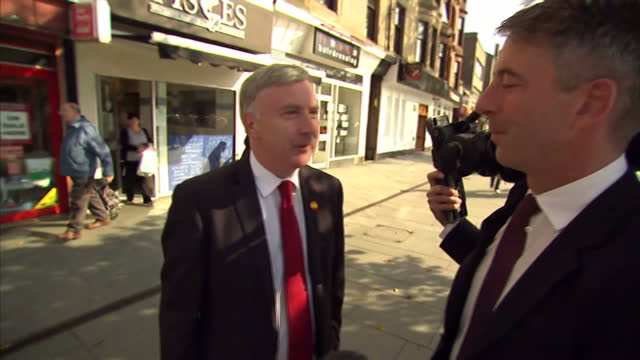 vídeos de stock e filmes b-roll de the arrival of all three national party leaders in scotland meant there was a lot of opportunity for voters to see them in person. but at this stage... - 2014