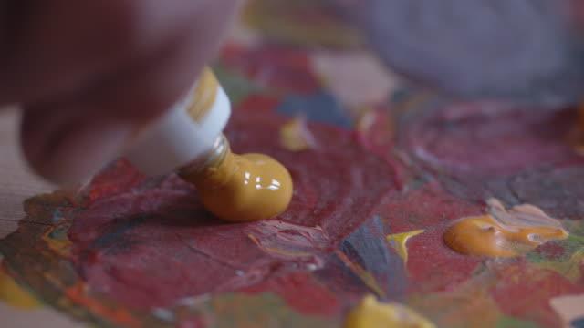 die kunst der malerei. eine aktive seniorin mit ihren hobbys. handgemachte malerei, arbeitsraum, handwerk, kunstwerk, ideen, nahaufnahme - malen stock-videos und b-roll-filmmaterial