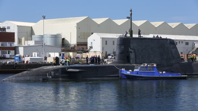 stockvideo's en b-roll-footage met the artful an astute class hunter killer nuclear powered submarine is moved from bae systems in barrow in furness up to the faslane submarine base in scotland, uk. the submarines are armed with spearfish torpedoes and tomahawk cruise missiles. - oorlogsschip