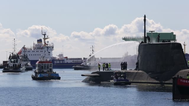 stockvideo's en b-roll-footage met the artful an astute class hunter killer nuclear powered submarine is moved from bae systems in barrow in furness up to the faslane submarine base in scotland, uk. the submarines are armed with spearfish torpedoes and tomahawk cruise missiles. - raket wapen