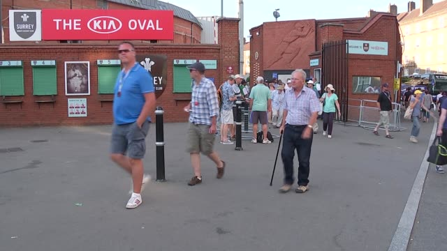 fifth test day 2 england london the oval ext various of cricket fans leaving the oval at end of second day's play in final england v australia test... - 2日目点の映像素材/bロール